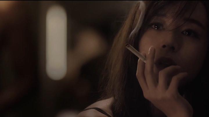 張靜初含淚抽煙的鏡頭,不知道美哭了多少人!堪稱電影里的教科書