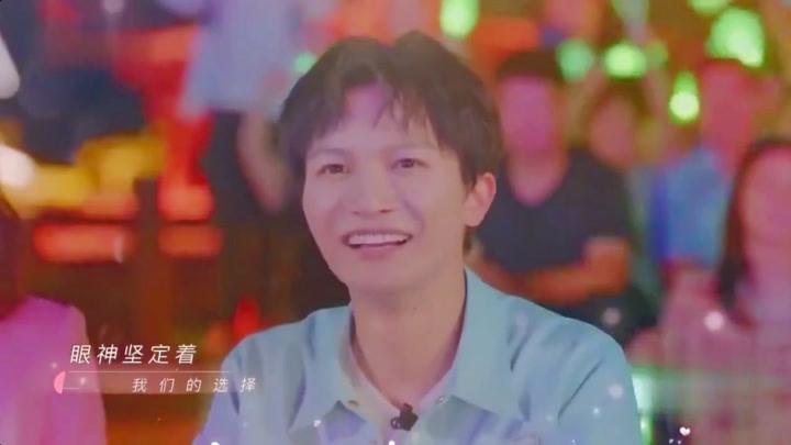 青春环游记,范丞丞贾玲相视一笑,牵手演唱情歌《有点甜》,这迷人的魅力!