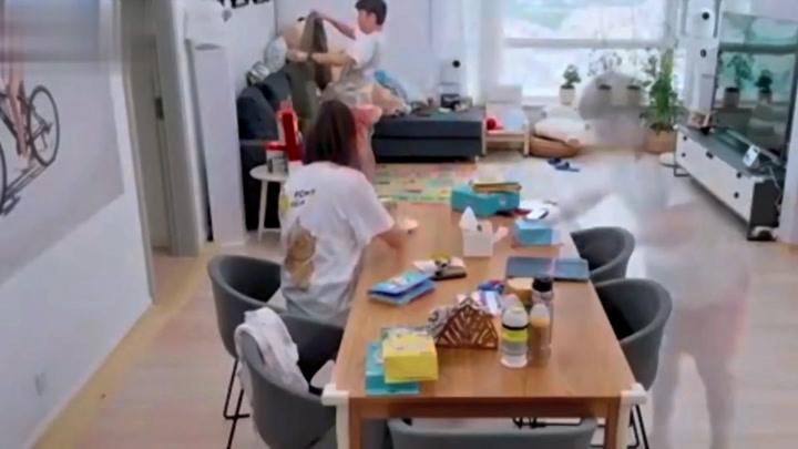 王祖藍戴孕肚做家務,誰注意李亞男的反應夫妻關系一目了然